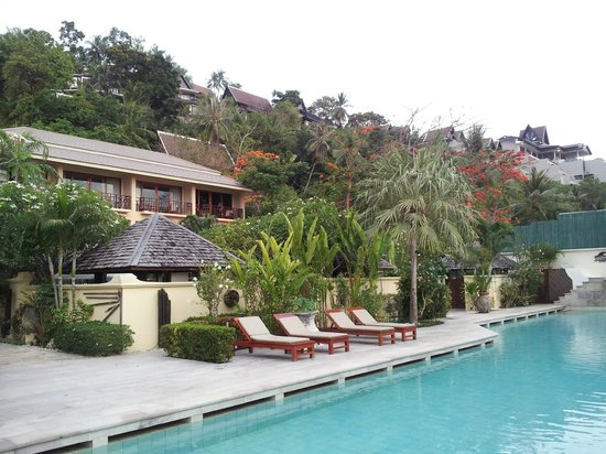 The Sunset Beach Resort & Spa, Taling Ngam : View from pool back up to the sunset deluxe room