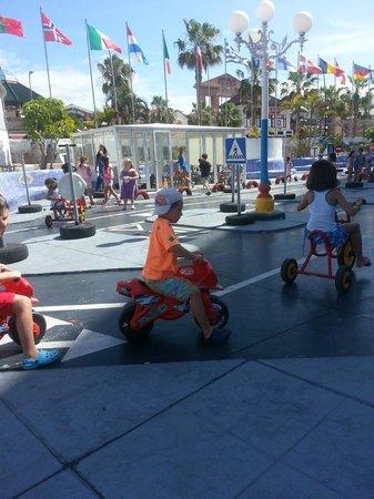 Mediterranean Palace Hotel: Детская автоплощадка