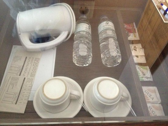 Sukajadi Hotel : amenities in the room
