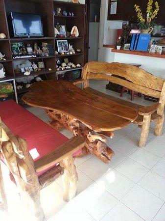 Skip's Beach Resort: Dining table in the main lobby