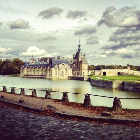 Château de Chantilly : Across the bridge