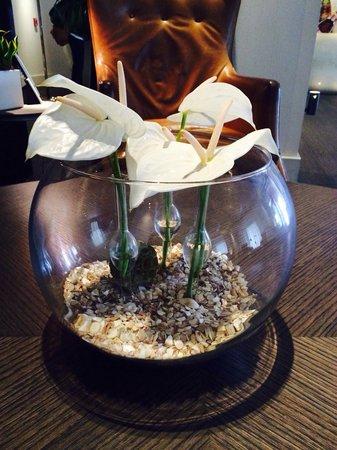 The Modern Honolulu : ロビーのテーブルにあったアンスリウム 素敵な花器☆