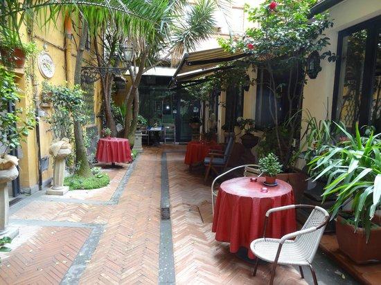 Navona Gallery & Garden Suites: jardin