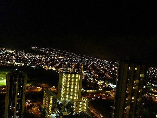Aston Waikiki Sunset: 宿泊した部屋からの夜景