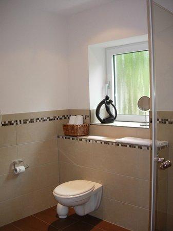 Hotel Wilhelmshöhe: Badkamer met toilet