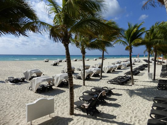 Royal Hideaway Playacar: Lovely beach with plenty of sunbeds.