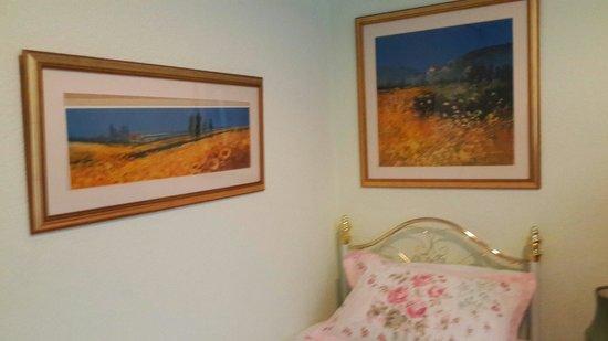 Garlands Guest House : Картины и кровать.