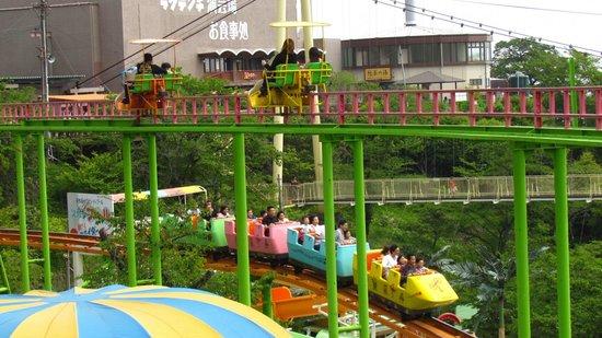 緑に囲まれた遊園地。 - Picture of Beppu Rakutenchi, Beppu - TripAdvisor