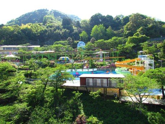 Beppu Rakutenchi: 緑に囲まれた遊園地。