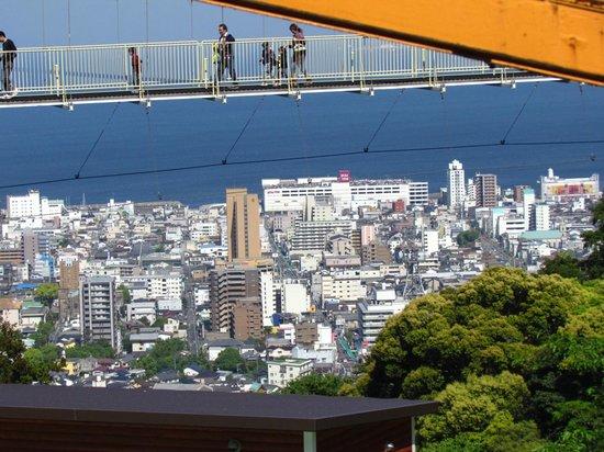 Beppu Rakutenchi: 吊り橋の向こうは別府の街並み。