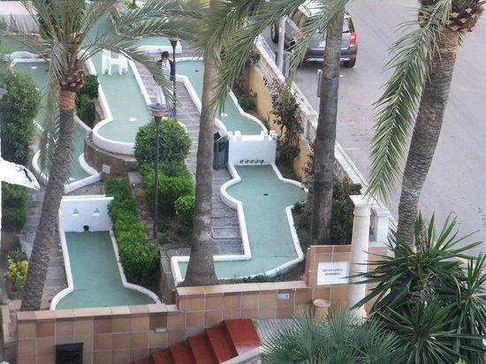 OLA Hotel Panama: Le mini golf à l'entrée de l'hôtel