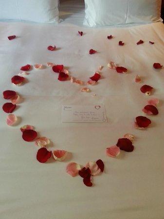 Hotel Félicien by Elegancia : Pétales de roses et un gentil message nous souhaitant de passer un très bon week end en amoureux