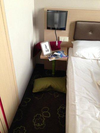 Hotel Gendarm Nouveau: spazio tra letto ed pseudo armadio