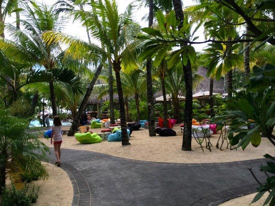 Canonnier Beachcomber Golf Resort & Spa : Espace détente (et zone wifi) dans le jardin de l'hotel