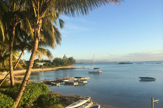 Canonnier Beachcomber Golf Resort & Spa : Vue de la plage depuis le jardin de l'hôtel