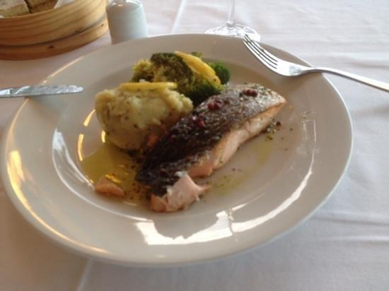 Atlantic: saumon avec ecrasee de pdt et brocolis