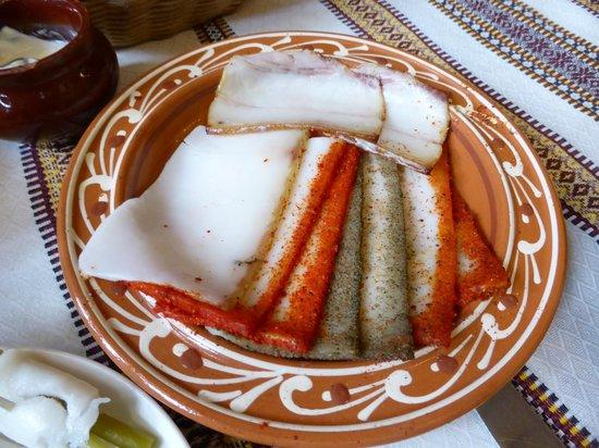 Korchma Taras Bulba: 豚の脂。薫製味。端の色がついてる所は唐辛子や胡椒。意外とさっぱり味。