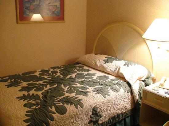 Sheraton Princess Kaiulani: ハワイアンキルトのベッドカバー