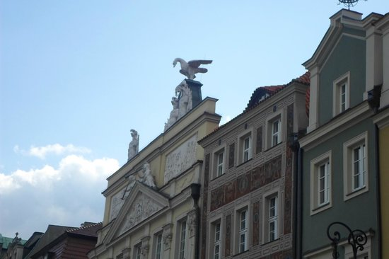 Old Market Square: Statue on building