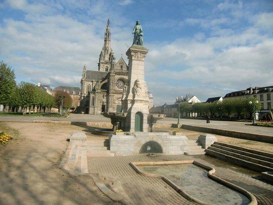 Basilique de Sainte Anne D'auray : La fontaine miraculeuse et la basilique