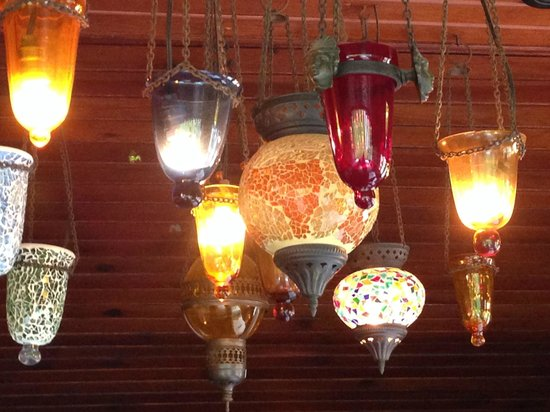 Omar Cafe & Restaurant: plenty of nice lightings at Omar