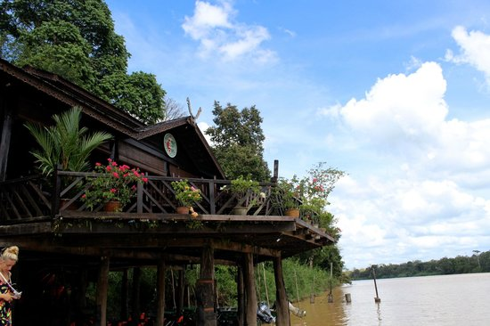 Sukau Rainforest Lodge: The view of the lodge from the river