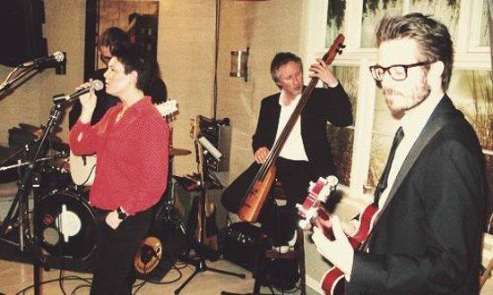 Hos Naboen: Concert in the basement