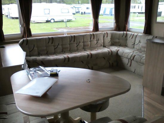 Forest Glade Holiday Park: Sitting area / pull out bed