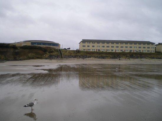 Chinook Winds Casino Resort: 左がカジノ、右が宿泊棟