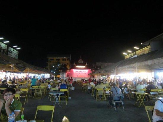 Chiang Rai Night Bazaar: バザール内、ローカル色あふれた屋台風食堂街