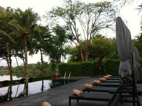 U Inchantree Kanchanaburi: Infinity pool with river view.
