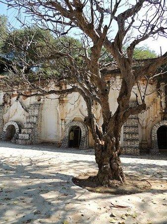 Sagaing, Myanmar: Cave entrance