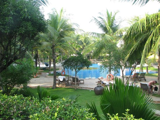 Vivanta by Taj - Fisherman's Cove: belle piscine dans le beau jardin