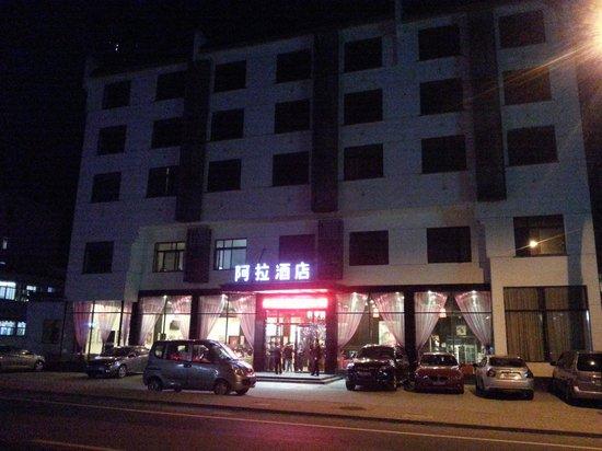 Ala Hotel: Tampak foto luar hotel