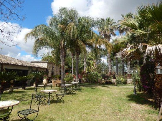 Villa dei Papiri: spazio comune - giardino esterno sala colazione
