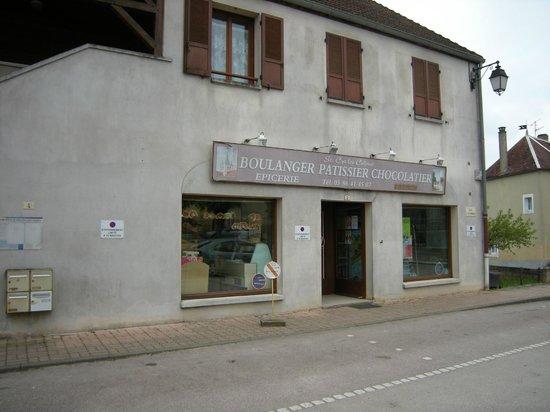 Saint-Cyr-les-Colons, Francia: Boulanger-épicier dans le village