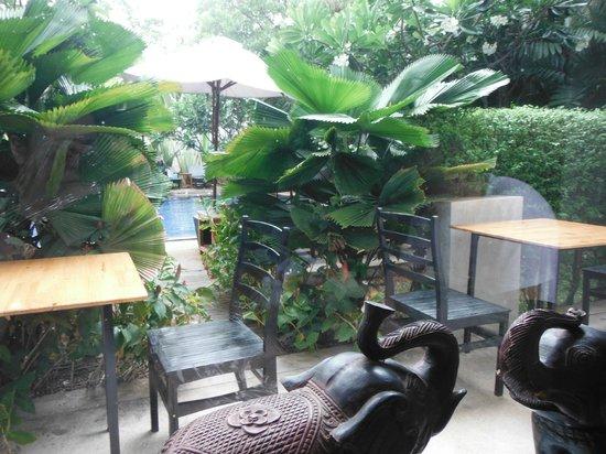 Frangipani Villa Hotel II : Vista de la zona de piscina desde el restaurante
