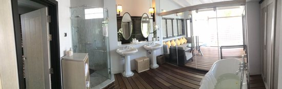 The Shore at Katathani: The bathroom