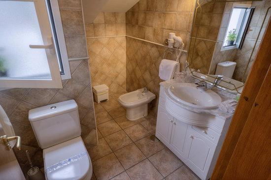 Hostal Jai Alai: Baño habitación familiar