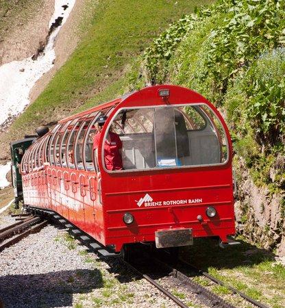 Brienz Rothorn Bahn: de loc staat altijd vanachter hij stoot ze naar bove en remt ze bij daling