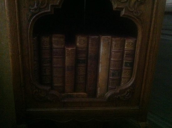 Relais Bourgondisch Cruyce - Luxe Worldwide Hotel: Old books in the room