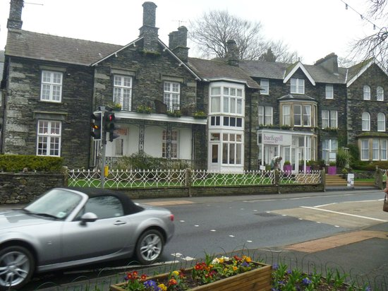 Waterhead Hotel: Front view from lake