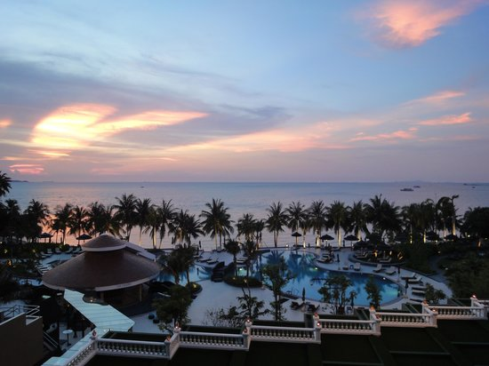 Royal Wing Suites & Spa: Sunset over the pool