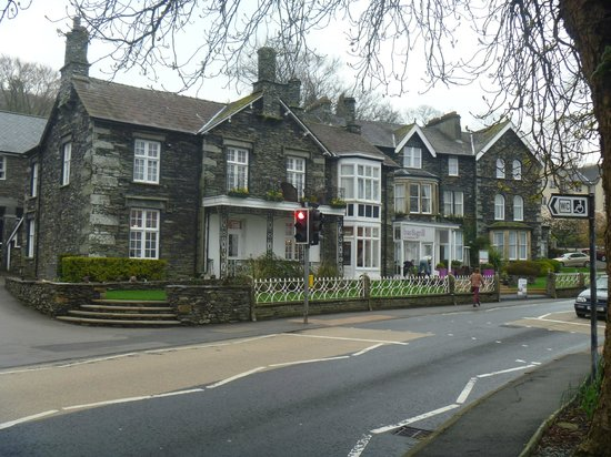Waterhead Hotel : Front of hotel from lake