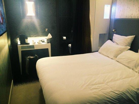 Hotel Le Malown : Кровать и чайный столик