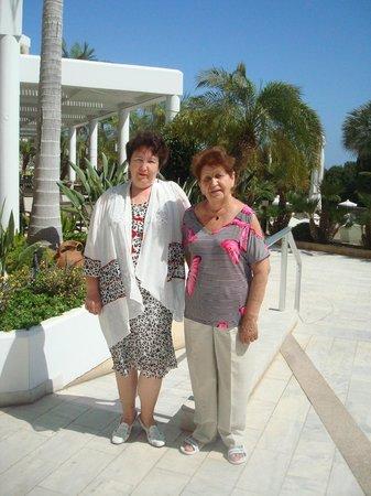 Mediterranean Beach Hotel: Я и мама возле отеля
