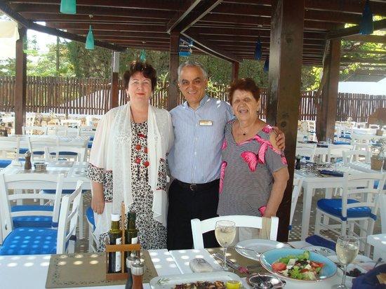 Mediterranean Beach Hotel : Я с мамой и официантом другого кафе, где морепродукты