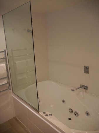 Bluestone on George: Large spa bath and shower in Premier Studio