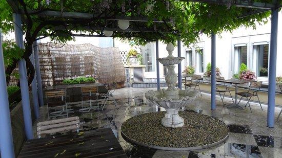 Hotel Wellenberg: outdoor seating area of hotel