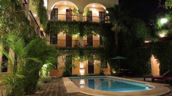 La Mision de Fray Diego : Pool am Abend